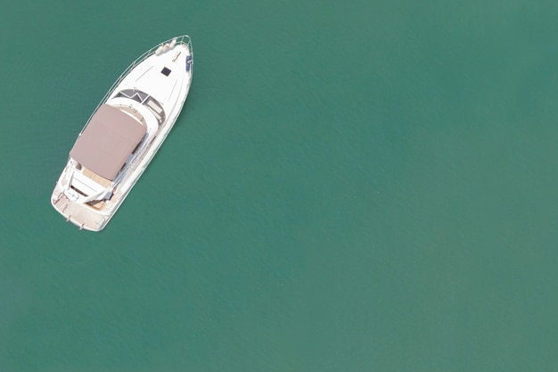 Аэрофотоснимок яхты на голубом океане с пустым пространством Premium Фотографии