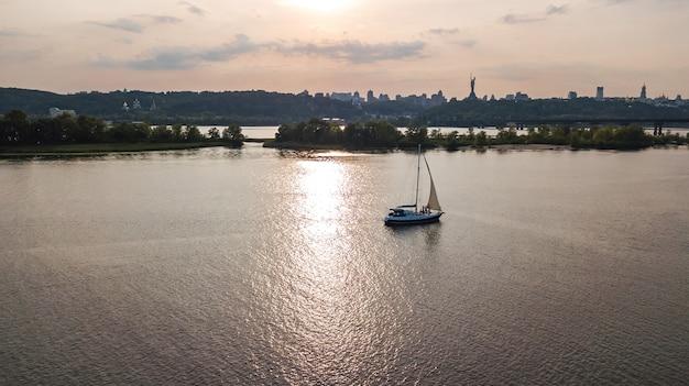 Аэрофотоснимок парусной яхты в днепре на закате сверху Premium Фотографии