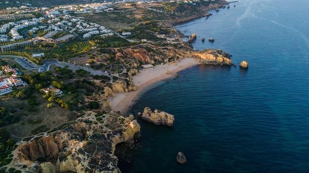 Вид с воздуха на закат на пляже сан-рафаэль, побережье алгарве, португалия. концепция выше пляжа португалии. летние каникулы Бесплатные Фотографии