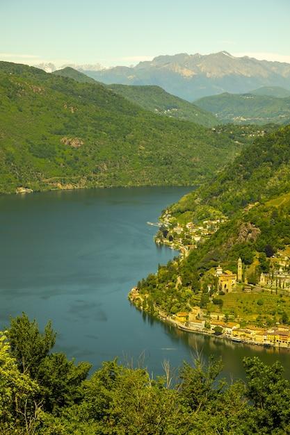 알파인 루가노 호수와 산 Morcote에 공중보기 무료 사진