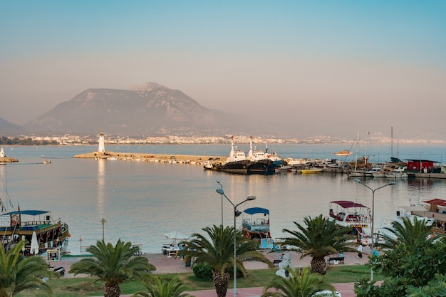 Vista aerea di barche a vela nella baia del litorale mediterraneo Foto Gratuite