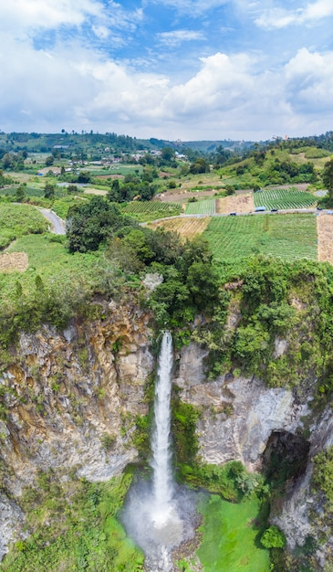 Aerial view sipiso-piso waterfall in sumatra, travel destination in berastagi, indonesia Premium Photo