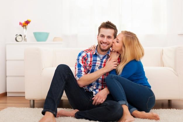 Ласковая пара, проводящая время вместе дома Бесплатные Фотографии