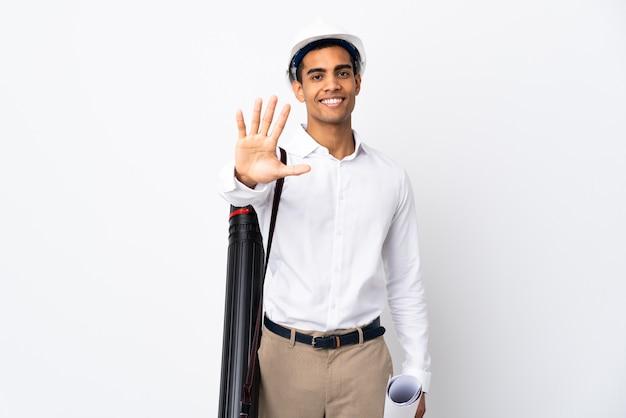 헬멧과 격리 된 흰색 배경 위에 청사진을 들고 아프리카 계 미국인 건축가 남자 _ 손가락으로 5 세 프리미엄 사진