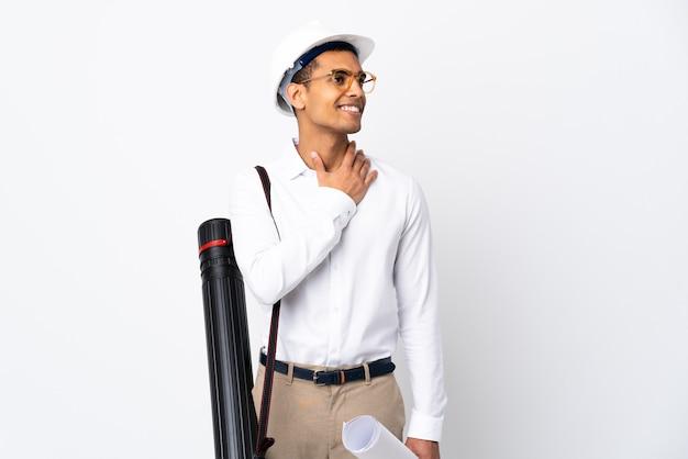 헬멧과 격리 된 흰색 배경 위에 청사진을 들고 아프리카 계 미국인 건축가 남자 _ 웃고있는 동안 올려 프리미엄 사진
