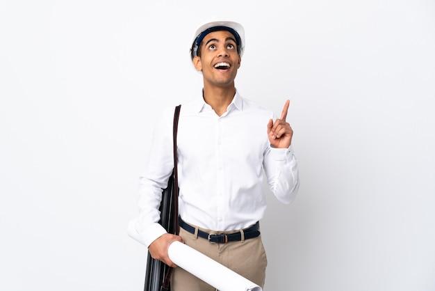 헬멧과 격리 된 흰색 배경 위에 청사진을 들고 아프리카 계 미국인 건축가 남자 _ 가리키는 놀라게 프리미엄 사진