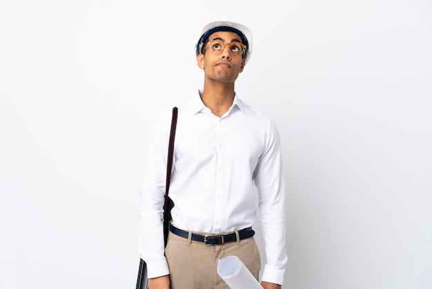헬멧과 격리 된 흰 벽 _ 이상 찾고 청사진을 들고 아프리카 계 미국인 건축가 남자 프리미엄 사진
