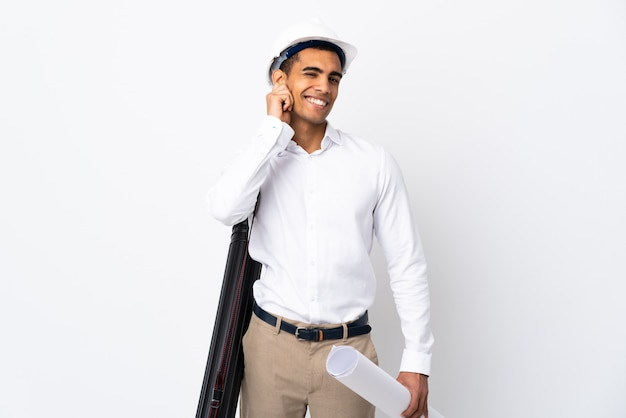 격리 된 흰 벽에 헬멧과 지주 청사진 아프리카 계 미국인 건축가 남자 _ 웃고 프리미엄 사진