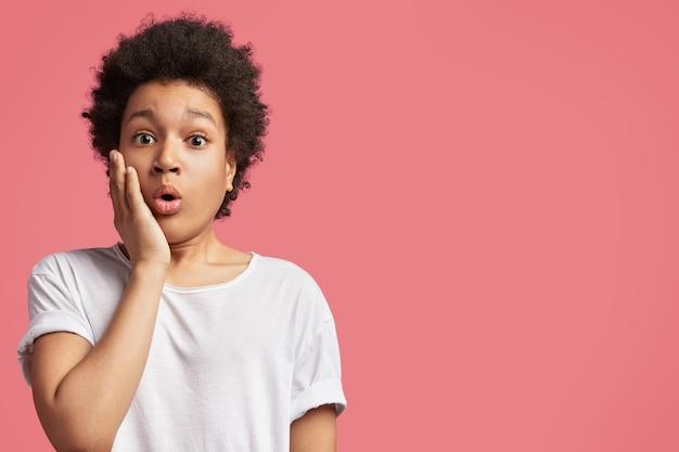 巻き毛を持つアフリカ系アメリカ人の少年 無料写真