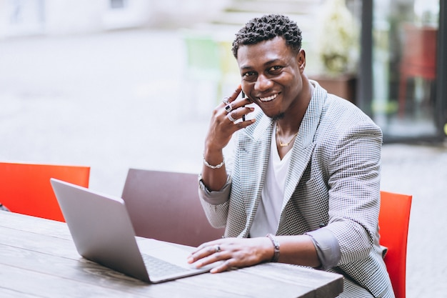 African american business man using laptop in a cafe Free Photo