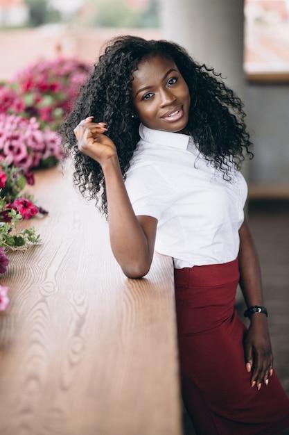 Африканский бизнес женщина бизнес на балконе Бесплатные Фотографии