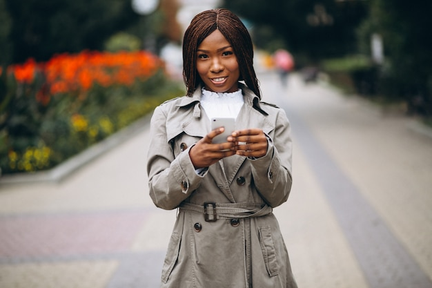 African american and caucasian women using phone Free Photo