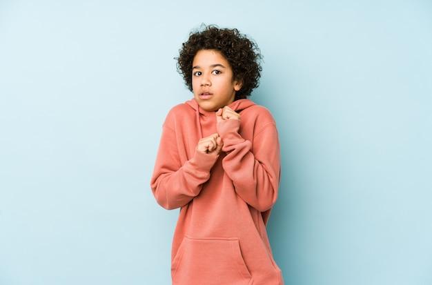 アフリカ系アメリカ人の少年は怖いと恐れています。 Premium写真