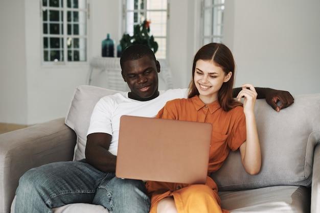 아프리카 계 미국인 남자와 백인 여자 집에서 프리랜서 노트북, 몇 일 프리미엄 사진