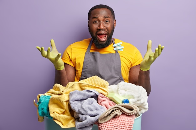 African american man doing laundry Free Photo