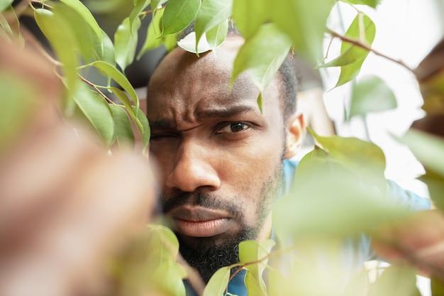 アフリカ系アメリカ人の男性が自宅の珍しい場所で仕事を探している 無料写真