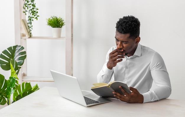 マニュアルを読んでいるアフリカ系アメリカ人の男 無料写真