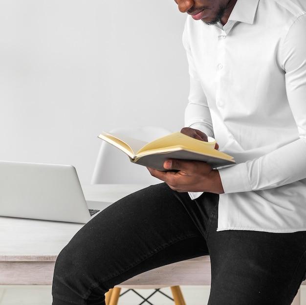 アフリカ系アメリカ人の読書 無料写真