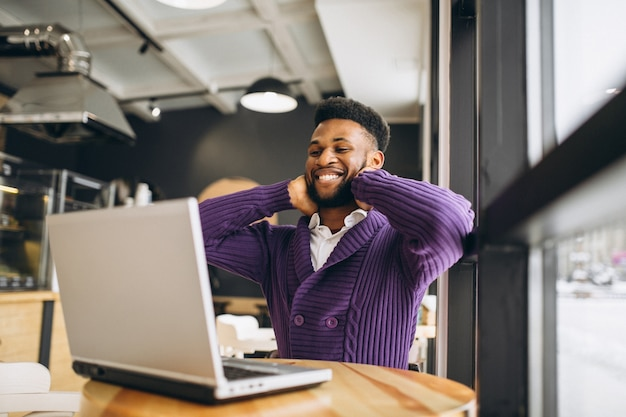 African american man with computer in a cafe | Premium Photo
