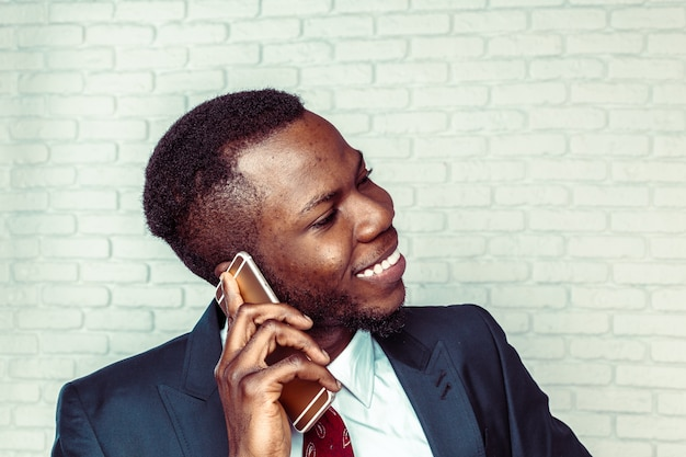 African american man with samrtphone Premium Photo