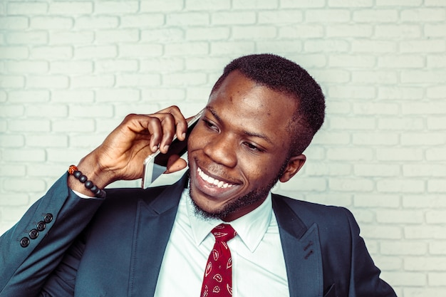 African american man with smartphone Premium Photo