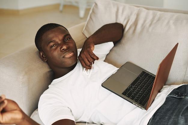 집에서 프리랜서 노트북을 일하는 아프리카 계 미국인 남자 프리미엄 사진