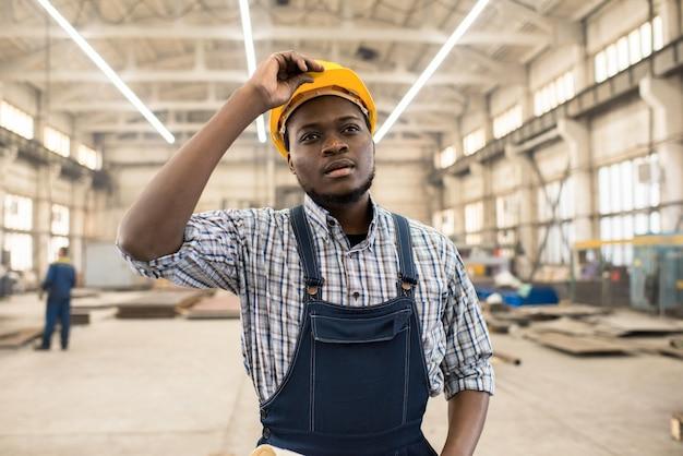 직장에서 아프리카 계 미국인 기술자 프리미엄 사진