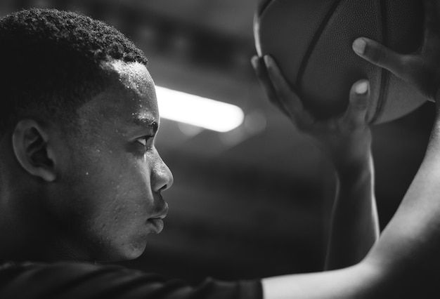 African american teenage boy concentrated on playing basketball Free Photo
