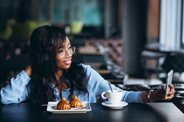African american woman doing selfie Premium Photo