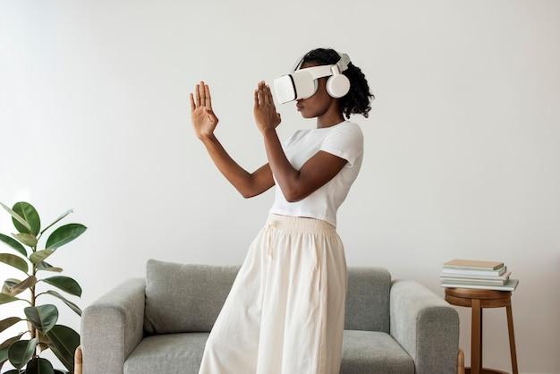 Vr 시뮬레이션을 경험하는 아프리카 계 미국인 여성 무료 사진