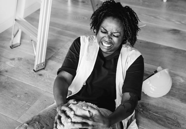 Африканская американская женщина ранила ее колено Бесплатные Фотографии