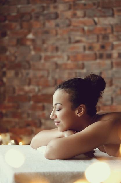 Афро-американская женщина получает расслабляющий массаж в спа-салоне Бесплатные Фотографии