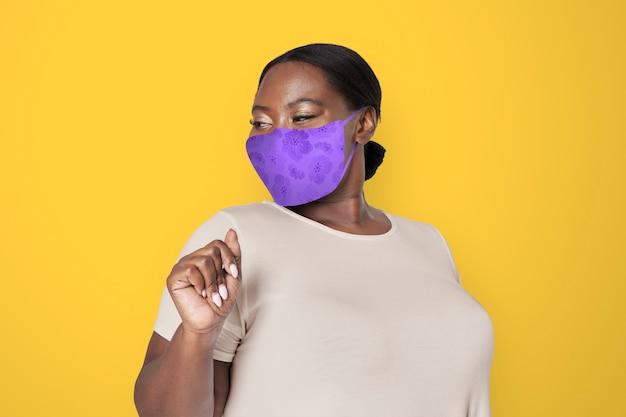 Афроамериканка носит маску для предотвращения коронавируса 19 Бесплатные Фотографии