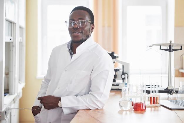 Un operaio afroamericano lavora in un laboratorio conducendo esperimenti. Foto Gratuite