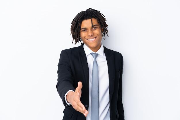 白い壁にアフリカ系アメリカ人の若いビジネスマン Premium写真