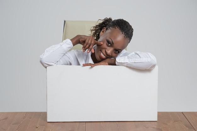 アフリカのビジネス女性の肖像画職場空白ホワイトボード Premium写真