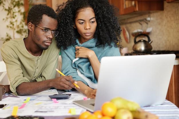 Coppia africana di fronte a stress finanziario Foto Gratuite