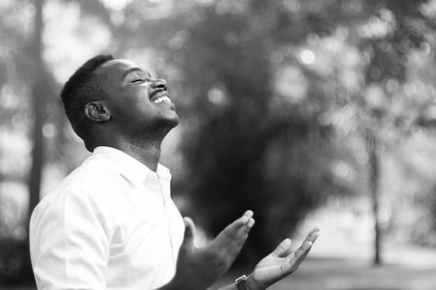 가까운 눈으로 감사 하나님을 위해기도하는 아프리카 남자 프리미엄 사진