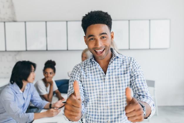 아프리카 학생은 시험에 합격하고 대학 동료들과 즐거운 시간을 보냈습니다. 새로운 회사 목표에 대해 논의하는 국제 사무원. 무료 사진