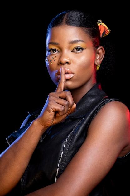 Африканская женщина делает знак молчания Бесплатные Фотографии