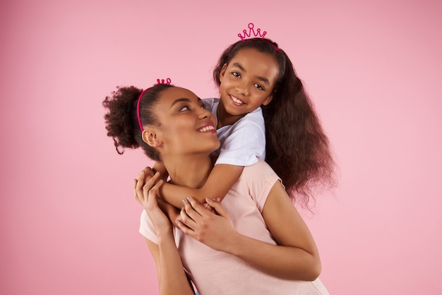 Afro american daughter on piggy back ride Premium Photo