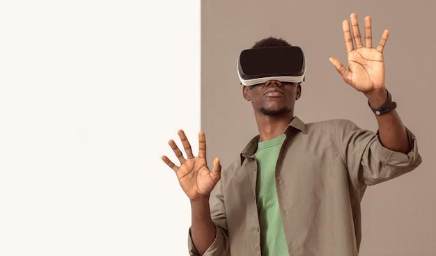 バーチャルリアリティヘッドセットを使用しているアフリカ系アメリカ人の男 無料写真