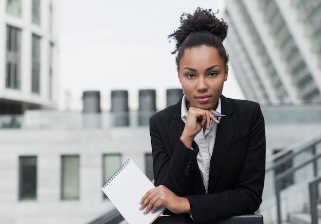 アフロアメリカンの女性がポーズ Premium写真