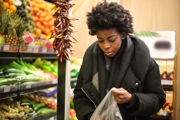 Afro woman in a grocery store Premium Photo