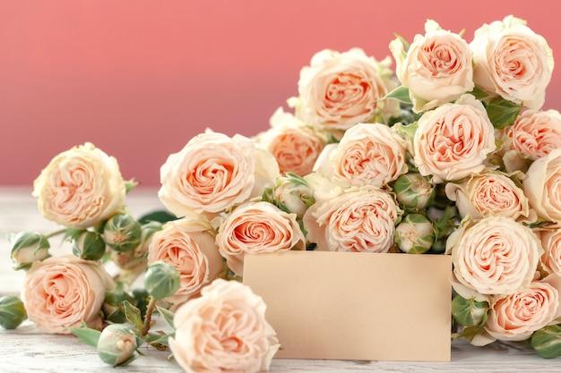 ピンクの背景のテキストのagとピンクのバラの花。母の日、誕生日、バレンタインデー、女性の日のコンセプトです。 Premium写真