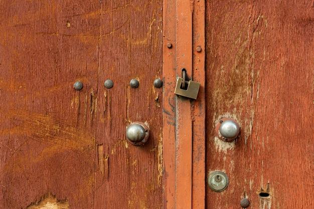Старые деревянные двери с заклепками и металлическим замком Бесплатные Фотографии