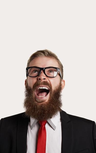 あごひげの人の攻撃的な肖像画 無料写真