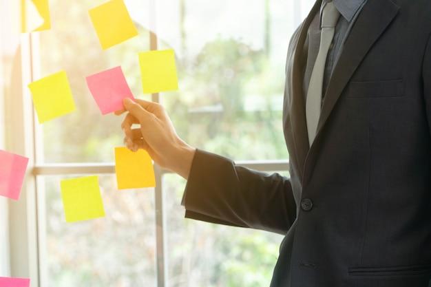Деловой человек, представляя план проекта и задачи в agile процесс для команды Premium Фотографии