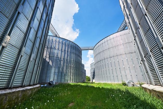 農業サイロ。建物の外観。 無料写真