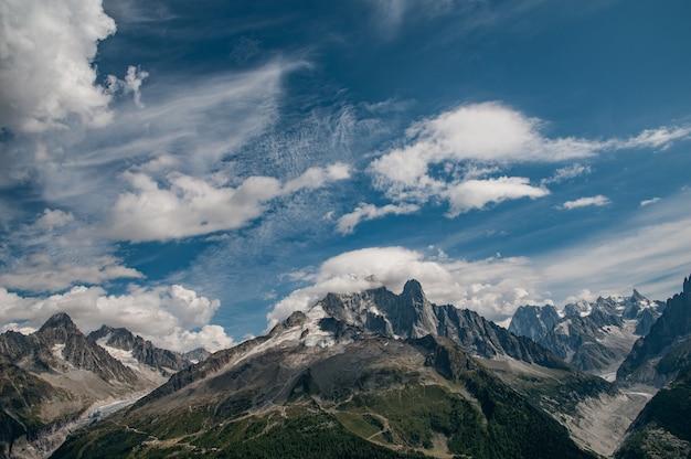 Aiguille verte con cielo blu nuvoloso e ghiacciai e montagne Foto Gratuite